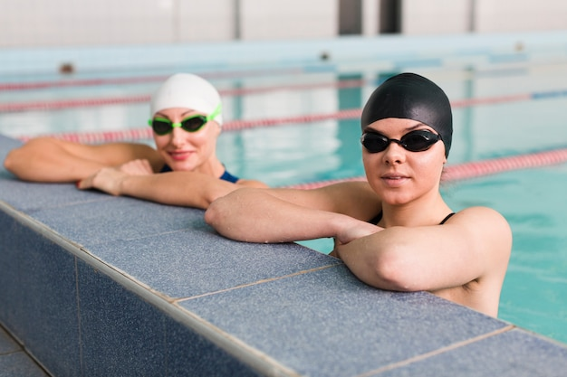Здоровые профессиональные пловцы отдыхают Бесплатные Фотографии