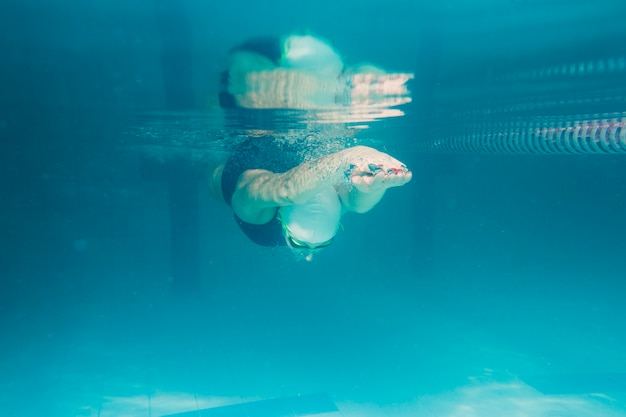 水中ダイビングアスリート 無料写真
