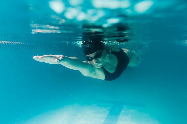 水中オリンピックのスイマーのクローズアップ 無料写真