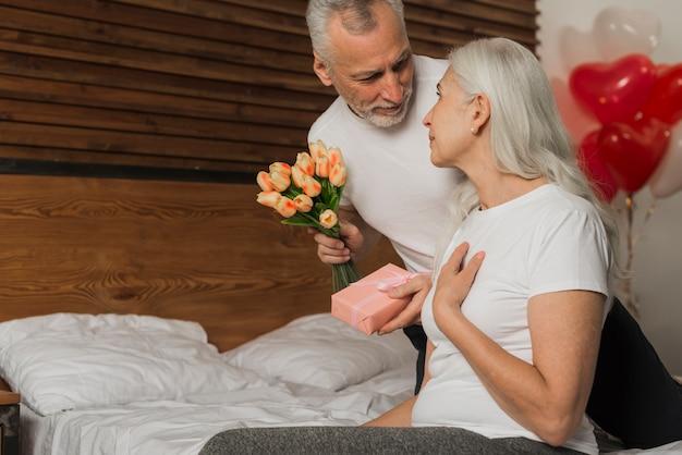 バレンタインの日に妻を驚くべき年配の男性 無料写真