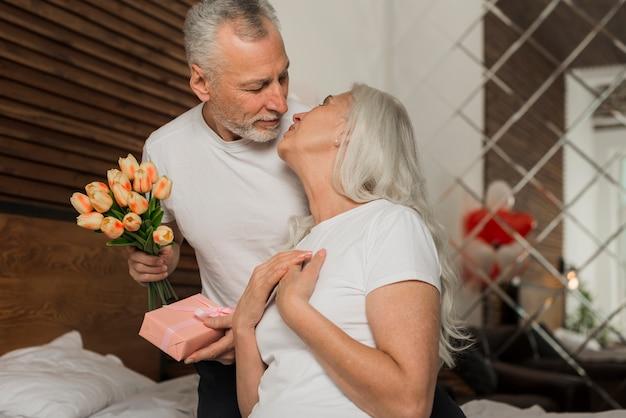 自宅でバレンタインの日シニアカップル 無料写真
