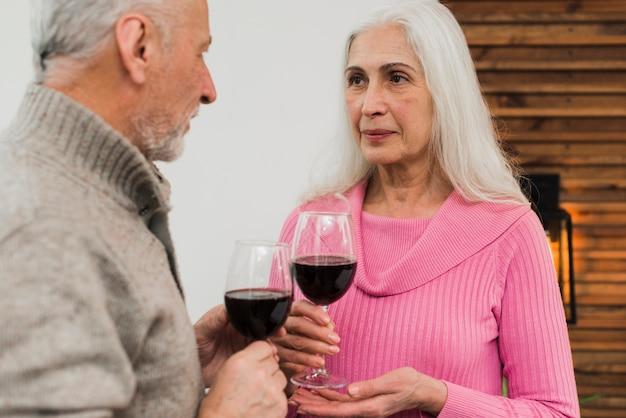 ワインを飲む年配のカップル 無料写真