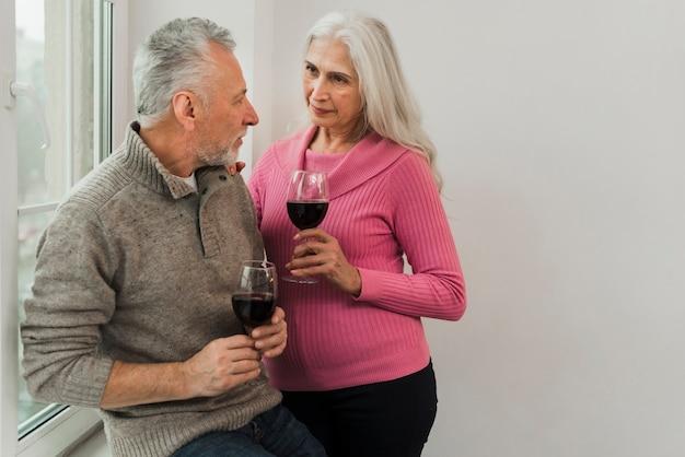 バレンタインの日にワインで年配のカップルトースト 無料写真