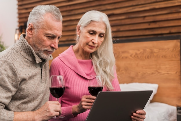 ワインを飲むローアングルシニアカップル 無料写真