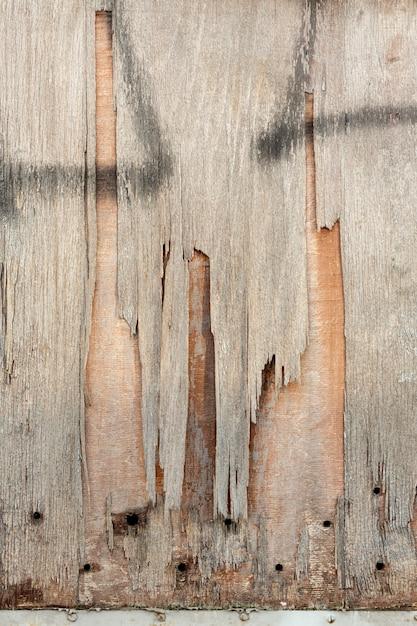 穴とスプレーペイントで木材をチッピング 無料写真
