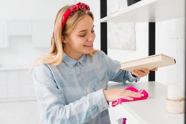 自宅の棚を掃除する女性 無料写真