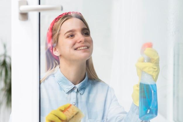 若い女性が窓を掃除 無料写真