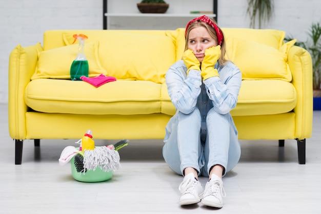 若い女性のクリーニングの心配 無料写真