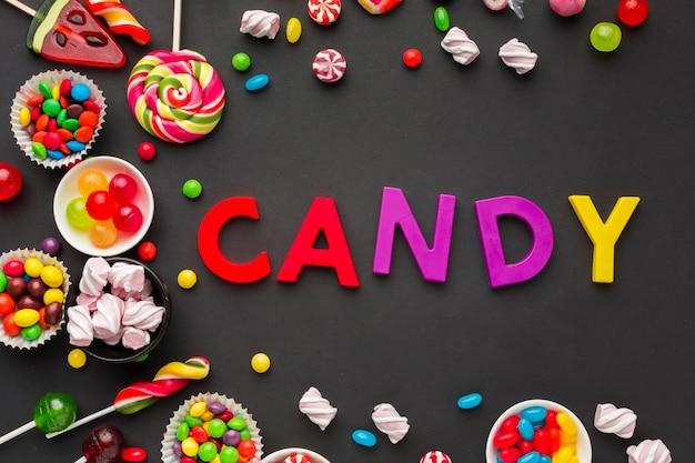 Вид сверху конфеты надписи с конфетами вокруг Бесплатные Фотографии