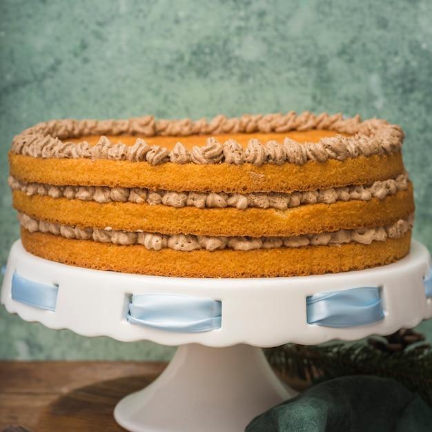 青いリボンと正面ケーキ 無料写真