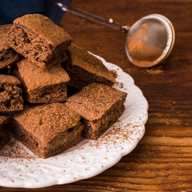 Какао-порошок на шоколадных пирожных Бесплатные Фотографии