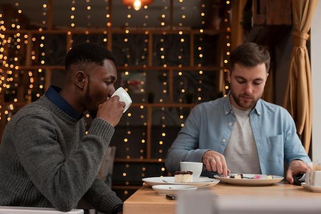 Вид сбоку друзей-мужчин в ресторане Бесплатные Фотографии