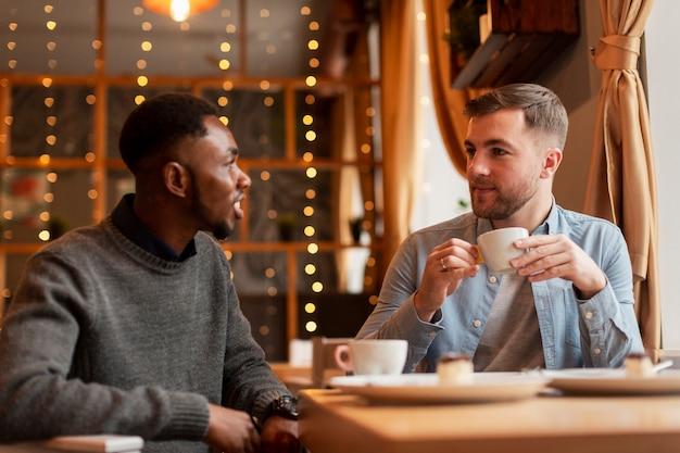 Друзья-мужчины разговаривают за чашкой кофе Бесплатные Фотографии