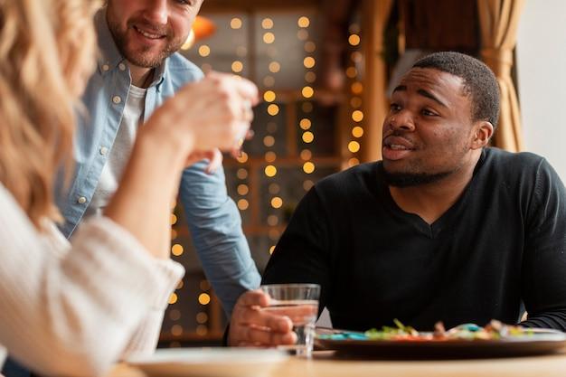 Крупный план молодых друзей в ресторане Бесплатные Фотографии