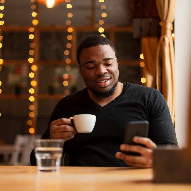 Красивый мужчина пьет кофе Бесплатные Фотографии