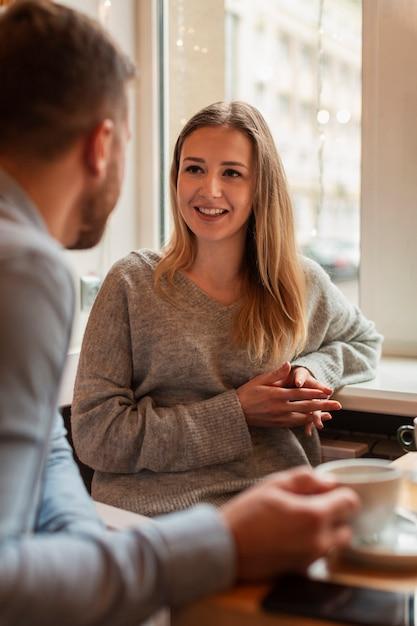 Смайлик женщина смотрит на своего друга Бесплатные Фотографии