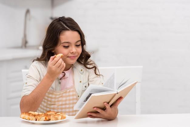 少女が台所で本を読んで 無料写真
