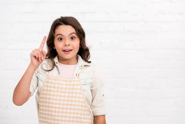 Маленькая девочка с идеей с копией пространства Бесплатные Фотографии