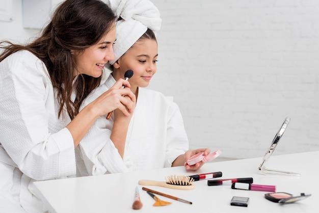 少女と母親が化粧をしています 無料写真