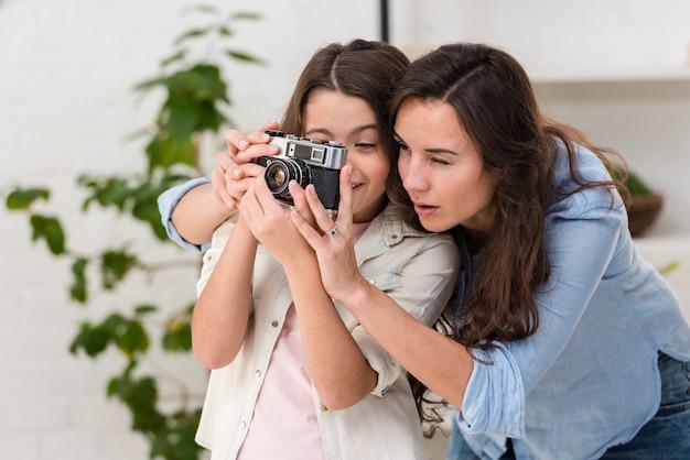 Дочь и мама вместе с фотоаппаратом Бесплатные Фотографии