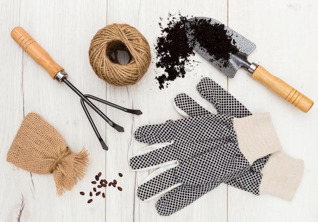 Плоские лежал садовые инструменты на деревянном фоне Бесплатные Фотографии
