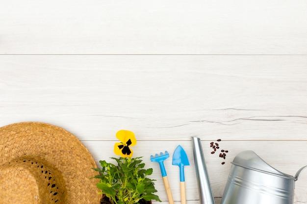 Плоские лежал садовые инструменты на деревянном фоне с копией пространства Бесплатные Фотографии