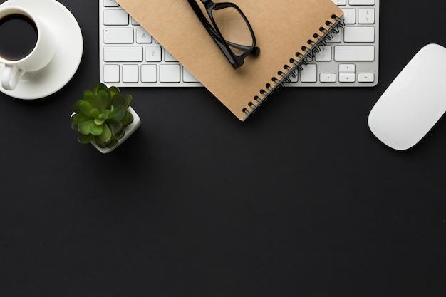 Плоская планировка рабочего стола с кофейной чашкой и сочными Бесплатные Фотографии