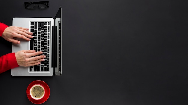 Вид сверху рук работает на ноутбуке с копией пространства и кофе Бесплатные Фотографии