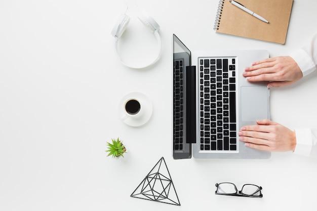 ノートパソコンとヘッドフォンとワークデスクの平面図 無料写真