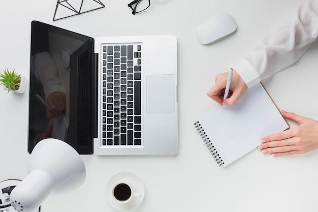 仕事机の上のノートパソコンとコーヒーカップのトップビュー 無料写真