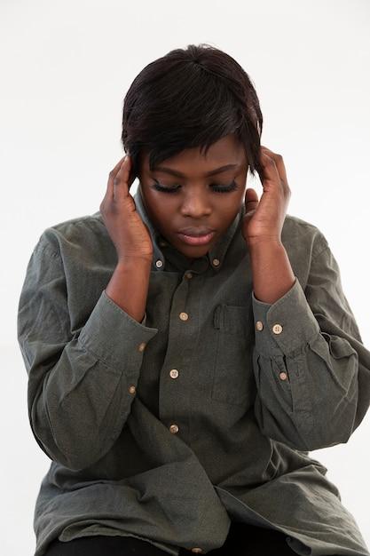 考えて正面アフリカ系アメリカ人の女性 無料写真