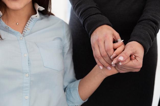 女性患者の手を握って女性手 無料写真