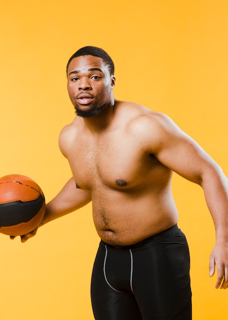 上半身裸のバスケットボールをする運動人 無料写真