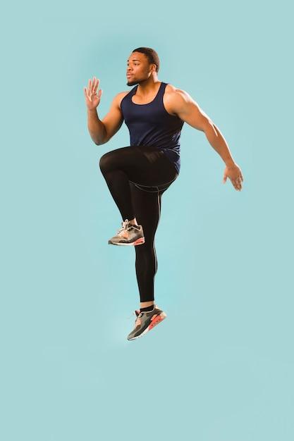 ジャンプジムの衣装でアスレチックの男 無料写真