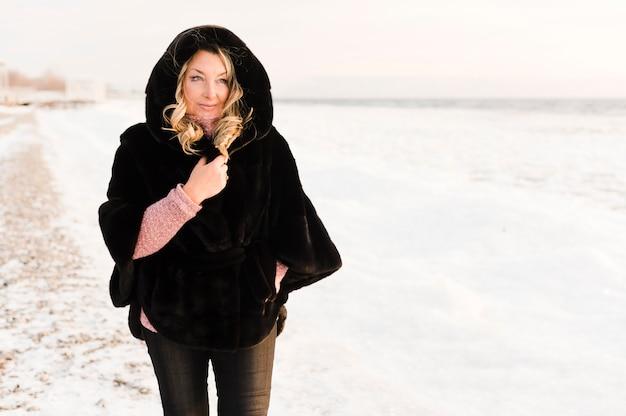 Стильная пожилая женщина наслаждается снегом Бесплатные Фотографии