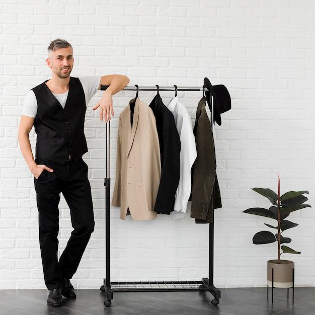 Стильный мужчина в окружении минималистского декора Бесплатные Фотографии