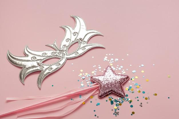 スティックにピンクの星と銀のマスク 無料写真