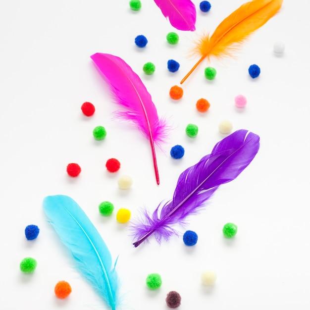 カラフルな羽と綿球 無料写真