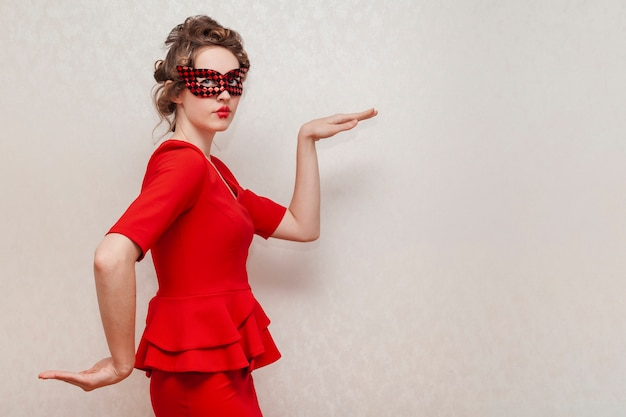 浮気マスクを着ている女性 無料写真