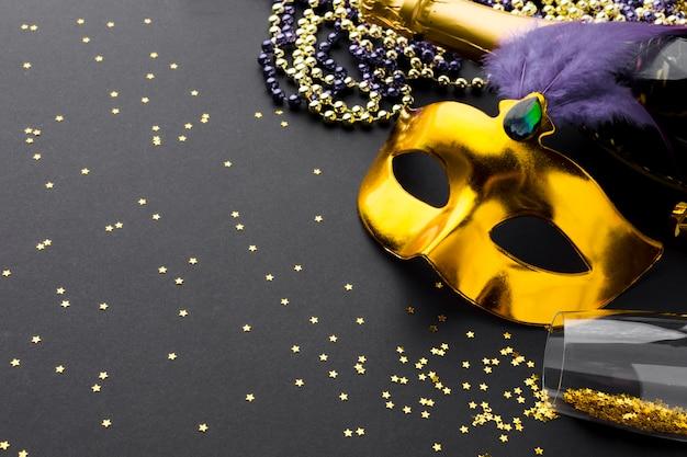 シャンパンとグリッター付きのエレガントなカーニバルマスク 無料写真