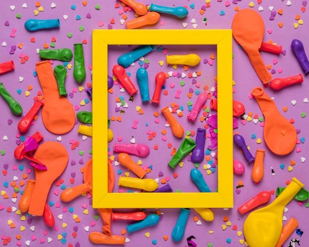黄色のフレームとカラフルなお祭りのオブジェクト 無料写真
