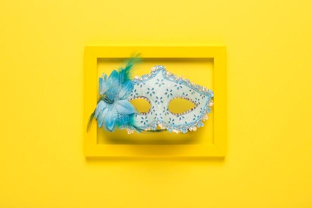 黄色のフレームの青いカーニバルマスク 無料写真