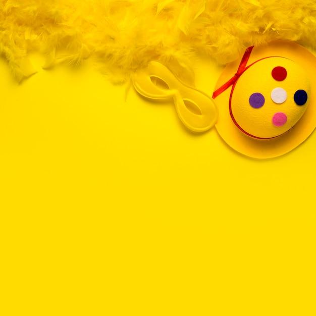黄色の羽毛製の襟巻とコピースペースを持つカーニバルオブジェクト 無料写真