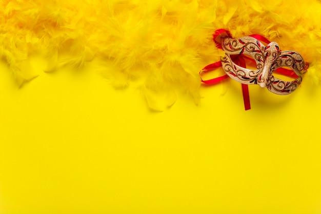 コピースペースで赤と金のカーニバルマスク 無料写真