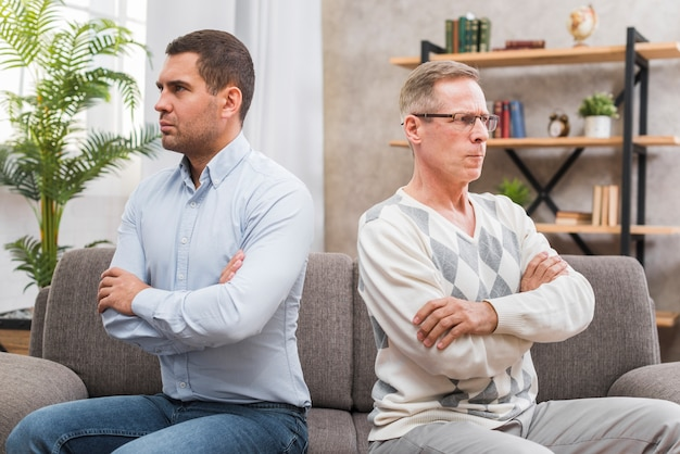 互いに話していない父と息子の正面図 無料写真