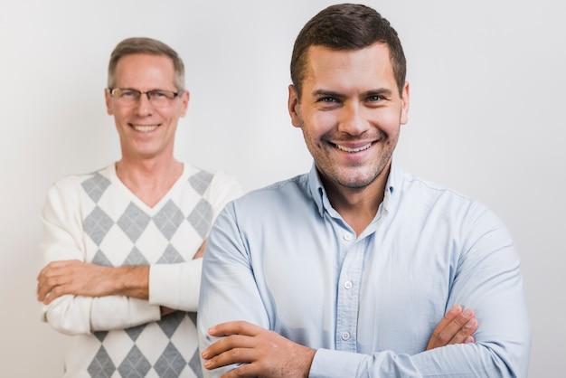 息子と父親の後ろの正面図 無料写真