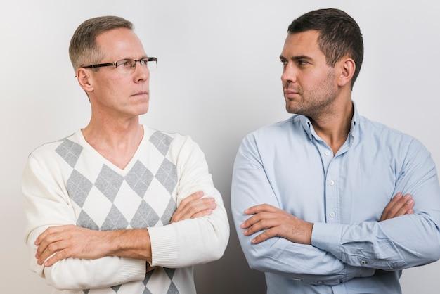 父と息子がお互いを見て 無料写真