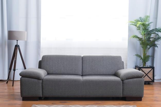リビングルームの灰色のソファの正面図 無料写真
