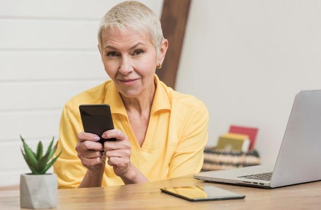 電話を使用して美しい年配の女性 無料写真