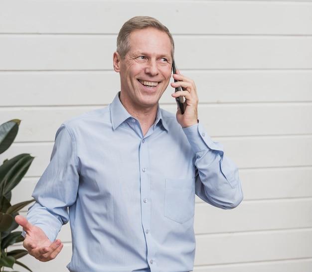 電話で話している正面中年の男性 無料写真